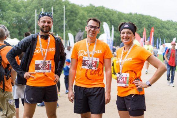 Członkowie zespołu inPro w firmowych koszulkach po biegu na 10km