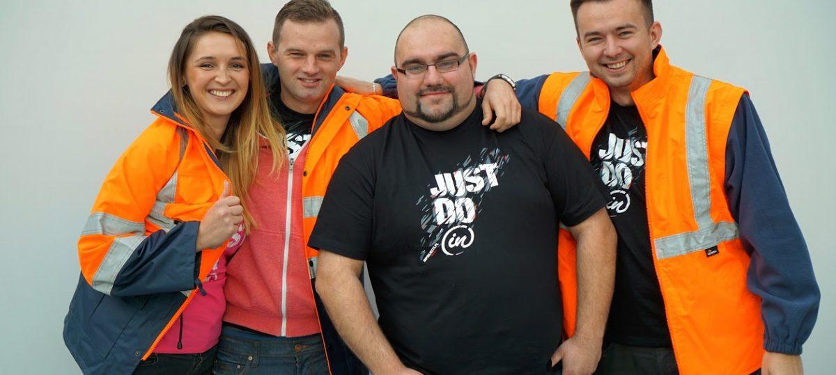 Zdjęcie zespołu inProjects w pomarańczowych odblaskowych kurtkach