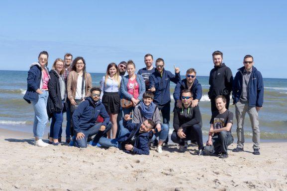 Zdjęcie zespołu inProjects z wyjazdu firmowego do Kołobrzegu - plaża
