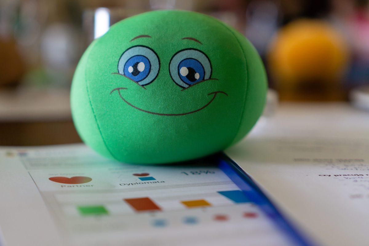 Na zdjęciu widać zieloną piłeczkę oraz na drugim planie wygląd przykładowego wyniku testu FRIS