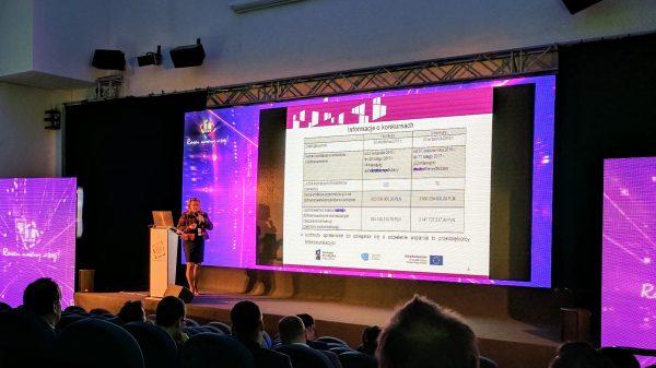 Zdjęcie kobiety prezentującej wyniki pierwszego konkursu POPC 1.1. Miejsce: 20. konferencja KIKE