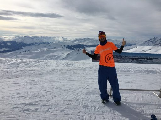 Zdjęcie członka zespołu inProjects z zimowego szczytu w Alpach w firmowej koszulce.